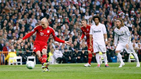Arjen Robben (Bayern) verwertet den Elfmeter