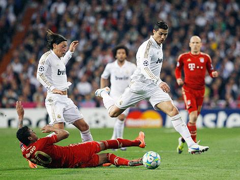Cristiano Ronaldo (Real) überspielt seine Gegner