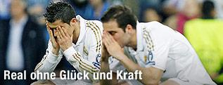 Cristiano Ronaldo und Gonzalo Higuain, beide Real Madrid, am Spielfeldrand