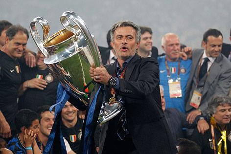 Jose Mourinho hält nach dem CL-Triumph mit Inter Mailand 2010 den Pokal in die Höhe