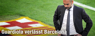 Barcelona-Coach Pep Guardiola schlendert am Cluc-Wappen vorbei