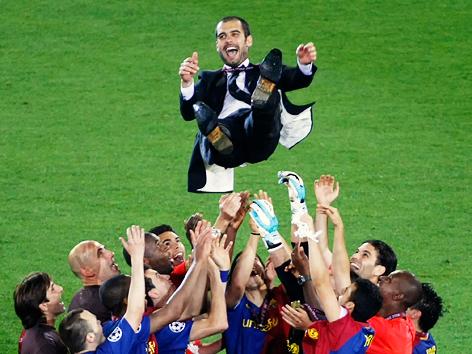 Pep Guradiola wird von seiner Mannschaft in die Höhe geworfen