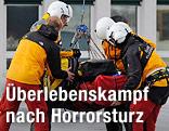 Hans Grugger wird von Rettungskräften abtransportiert