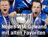 Finnlands Eishockeymannschaft jubelt mit dem WM-Pokal