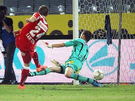 Marcel Sabitzer (Admira) schießt den Ball an Sturm-Tormann Christian Gratzei vorbei ins Tor