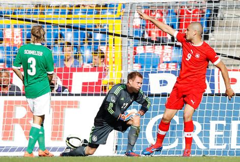 Eren Derdiyok (Schweiz) feiert sein Tor gegen den deutschen Tormann Marc-Andre Ter Stegen