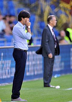 Joachim Loew (deutscher Trainer) und im Hintergrund der Trainer der Schweizer Ottmar Hitzfeld