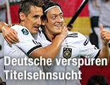Miroslav Klose umarmt Mesut Özil