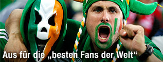 Verkleidete irische Fans mit Maske und Perücke
