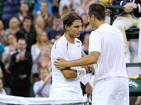 Lukas Rosol (CZE) reicht Rafael Nadal (ESP) die Hand