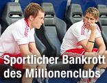 Christian Schwegler und Christoph Leitgeb sitzen enttäuscht auf der Bank