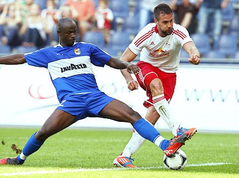 Stefan Maierhofer (RBS) stolpert über den Ball, neben ihm sein Gegenspieler Jerry Prempeh (Düdelingen)