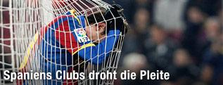 Ein Spieler des FC Barcelona hängt enttäuscht im Tornetz