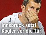 Innrbuck-Trainer Walter Kogler hält die Hand vor den Mund