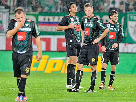 Enttäuschte Innsbrucker stehen im Regen