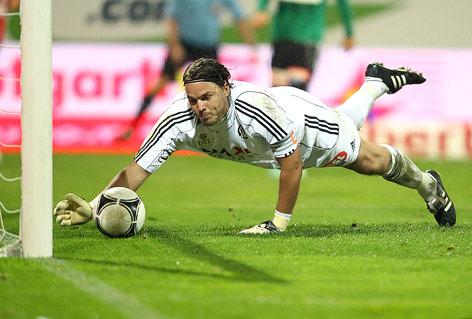 Ried-Tormann Gebauer streckt sich nach dem Ball