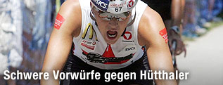 Triathletin Lisa Hütthaler am Rad