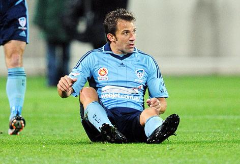 Alessandro Del Piero (Sydney) sitzt auf dem Boden