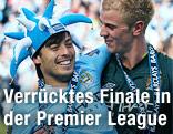 Manchester Citys David Silva und Joe Hart feiern mit Narrenkappe