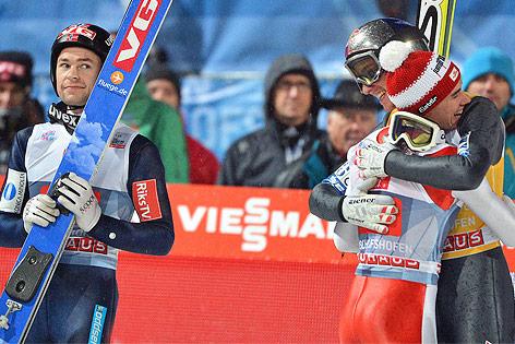 Sieger Gregor Schlierenzauer und Stefan Kraft umarmten sich neben Anders Jacobsen