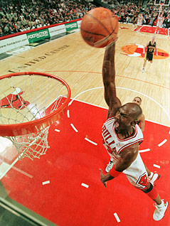 Dunk von Michael Jordan im Dress der Chicago Bulls