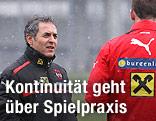 ÖFB-Teamchef Marcel Koller im Gespräch mit einem Spieler