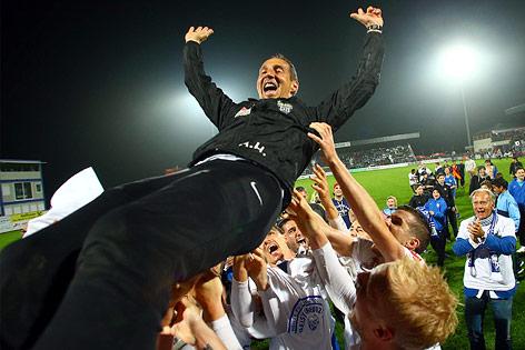 Grödig-Spieler feiern mit Trainer Adi den Aufstieg