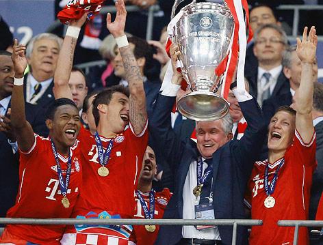 Bayern-Spieler jubeln mit Pokal