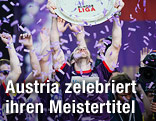 Jubel der Austria-Mannschaft mit Meisterteller