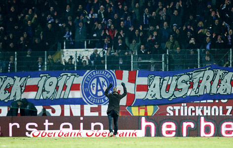 Austria-Coach Peter Stöger bedankt sich bei den Fans