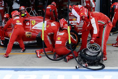 Zerfetzter Reifen von Felipe Massas Ferrari in der Box