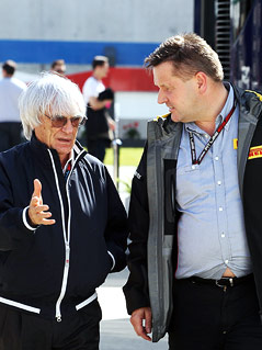 Formel-1-Boss Bernie Ecclestone diskutiert mit Pirelli-Motorsport-Direktor Paul Hembery