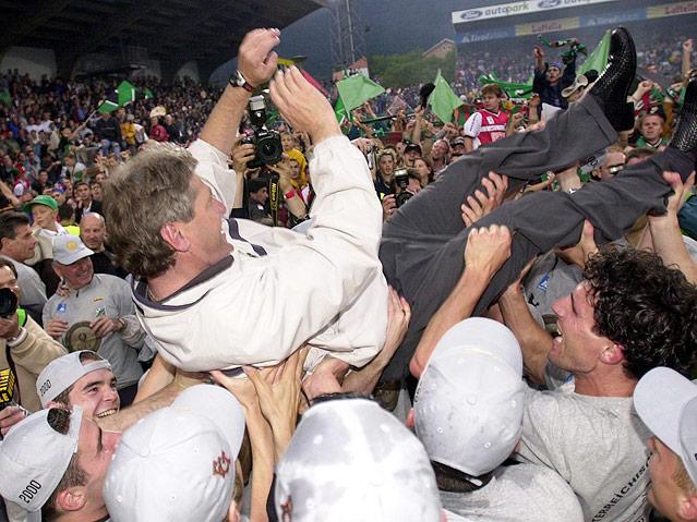 Die FC-Tirol Spieler tragen ihren Trainer Kurt Jara auf Händen