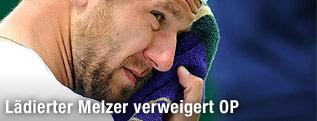Jürgen Melzer wischt sein Gesicht mit einem Handtuch ab