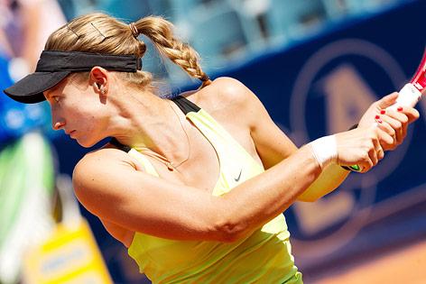 Lisa-Maria Moser schlägt eine beihändige Rückhand