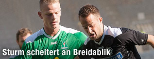 Nichlas Rohde (Breidablik) und Christian Klem (Sturm) im Zweikampf