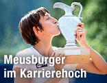 Yvonne Meusburger küsst ihren Pokal während der Siegerehrung