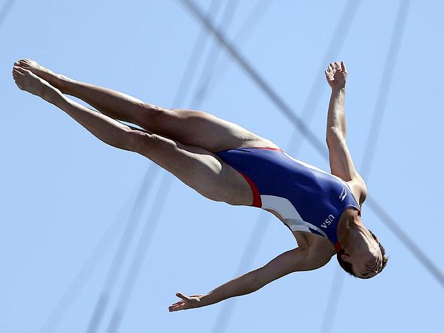 Athletin im Sprung vom Turm