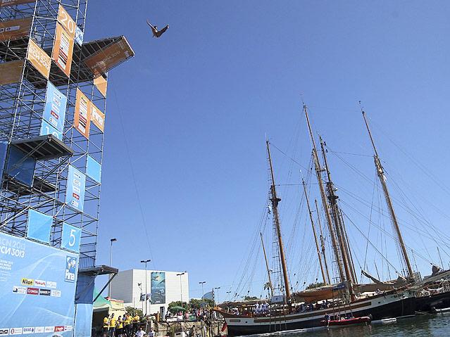 Turmsprunginstallation vor einem Segelschiff