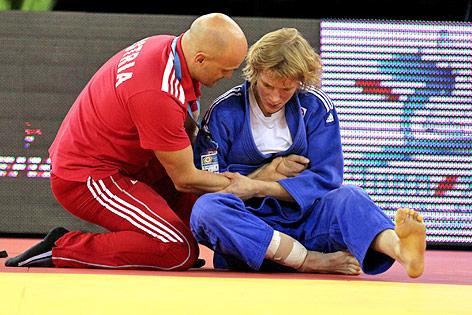 Die verletzte Judoka Sabrina Filzmoser mit einem Betreuer