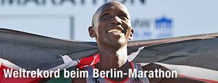 Der Sieger des Berlin-Marathons Wilson Kipsang mit kenianischer Fahne