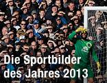 Everton-Torhüter Tim Howard und Fans schirmen ihr Gesicht gegen die tiefstehende Sonne ab
