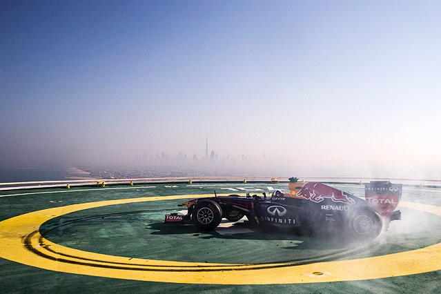 David Coulthard dreht seinen Red-Bull-Boliden auf einem Hubschrauber-Landeplatz in Abu Dhabi im Kreis