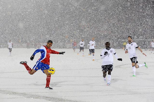 Schneebedecktes Spielfeld bei Costa Rica gegen USA