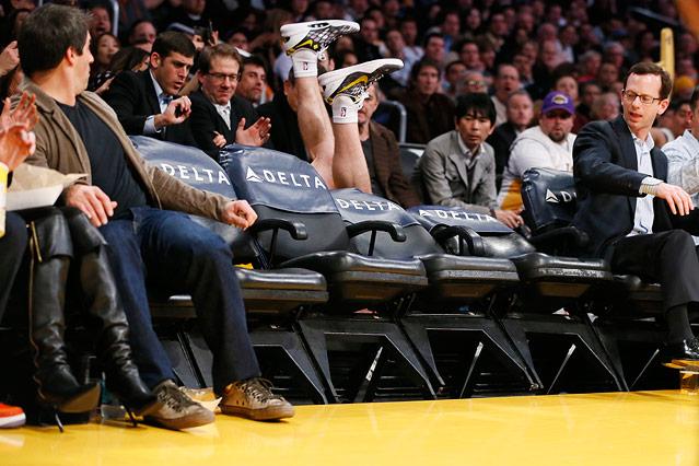 Los Angeles Lakers' Steve Blake stolpert im Match gegen Phoenix Suns in die Zuschauerränge