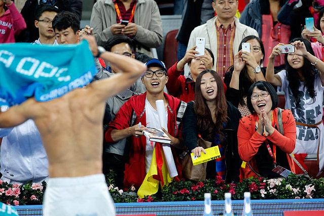 Weibliche Fans jubeln über Rafael Nadals nackten Oberkörper