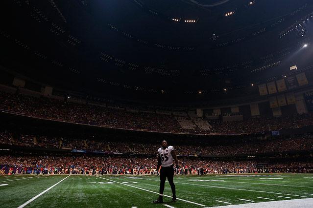 Baltimore Ravens outside linebacker Terrell Suggs steht nach einem Stromausfall bei der Superbowl im Dunklen