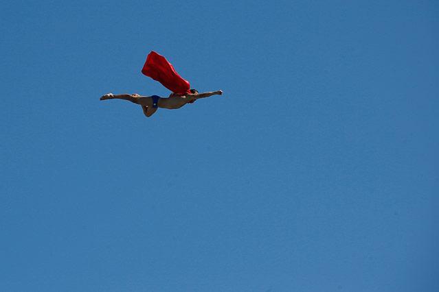 Wasserspringer Michal Navratil im Superman-Kostüm