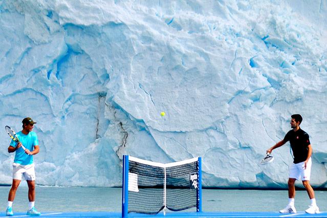 Rafael Nadal und Novak Djokovic spielen Tennis auf einem Schiff, im Hintergrund ein Eisberg