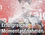 Sebastian Vettel wird mit Sekt geduscht